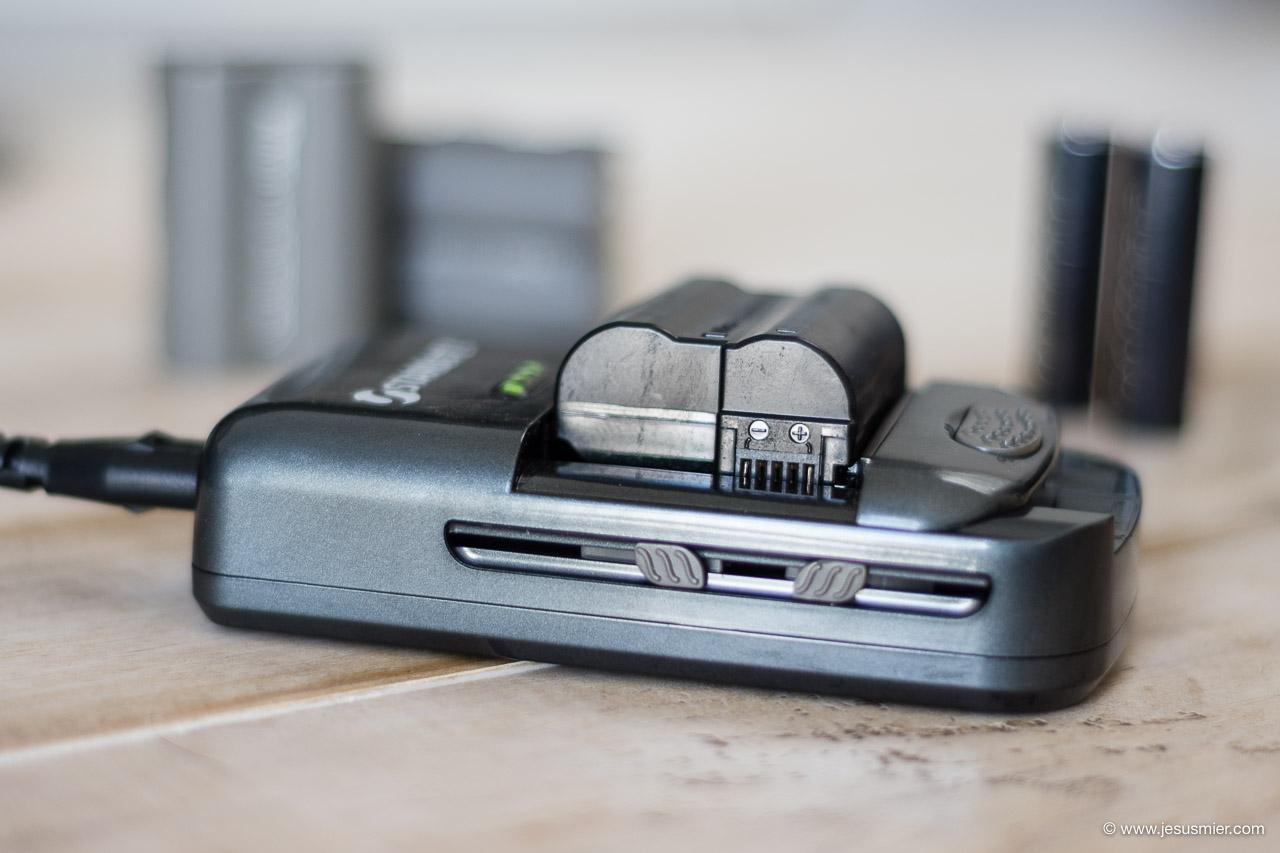Detalle Cargador de baterias universal Starblitz SCH20