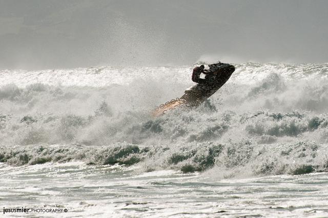 Surf con moto en Playa de Vega, Asturias
